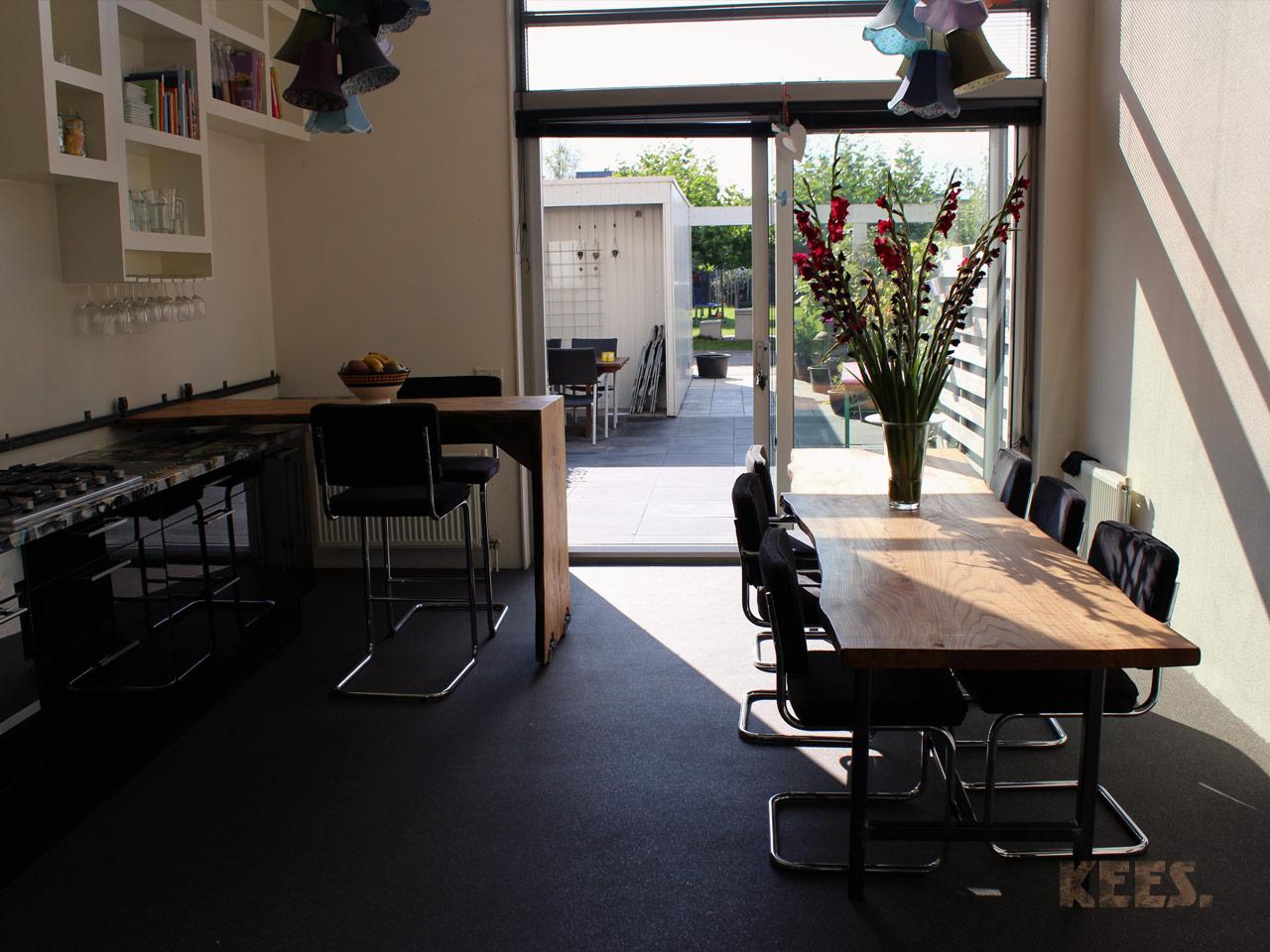 Idee keukentafel eiland - Keuken met bar tafel ...